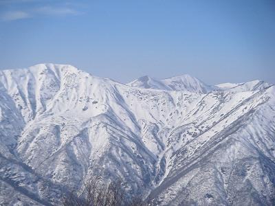 23清太岩尾根と南寒江山.jpg